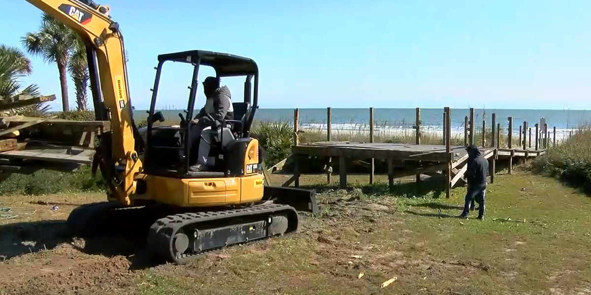 Myrtle Beach workers begin updating beach walkover at 64th Avenue North
