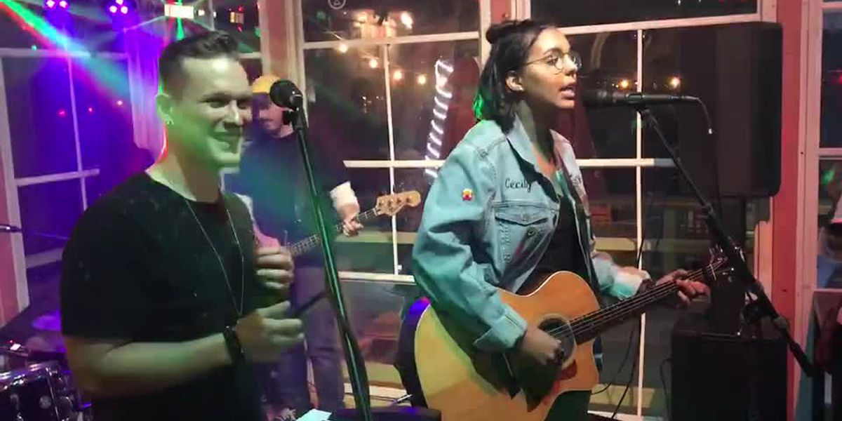 """The Voice"" contestants Cecily Hennigan and Jimmy Mowery's impromptu duet"