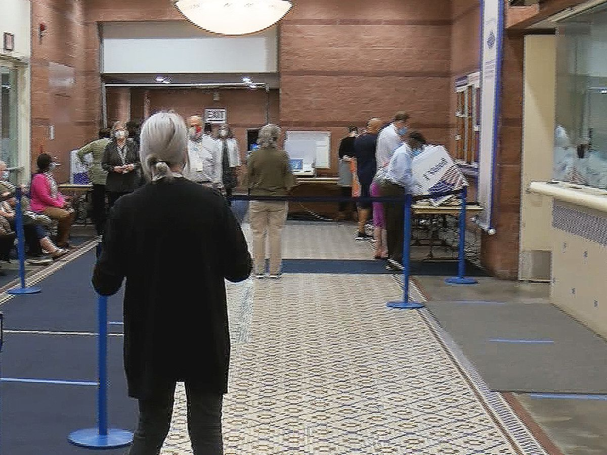Democrats, Republicans prepare poll watchers for election day