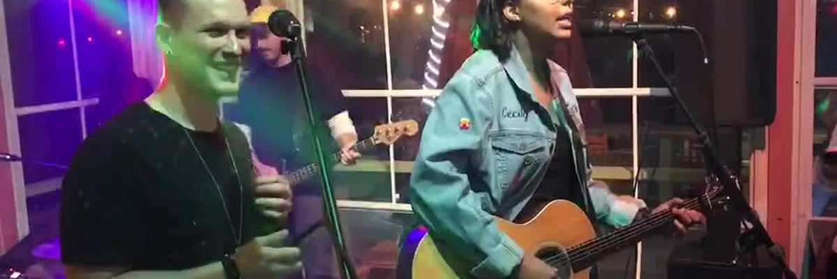 """""""The Voice"""" contestants Cecily Hennigan and Jimmy Mowery's impromptu duet"""