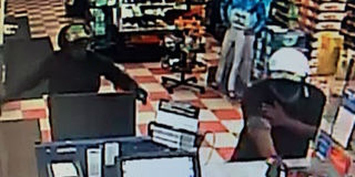 Darlington police searching for suspects in convenience store armed robbery