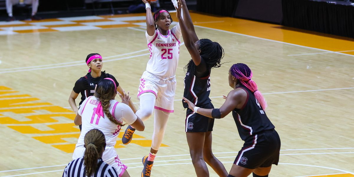 Davis leads No. 21 Tennessee over No. 2 South Carolina