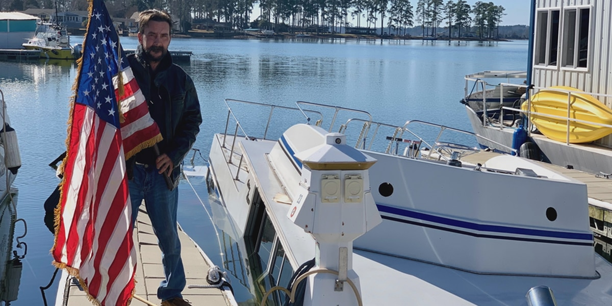 SC Navy veteran loses everything after his houseboat sinks Christmas night