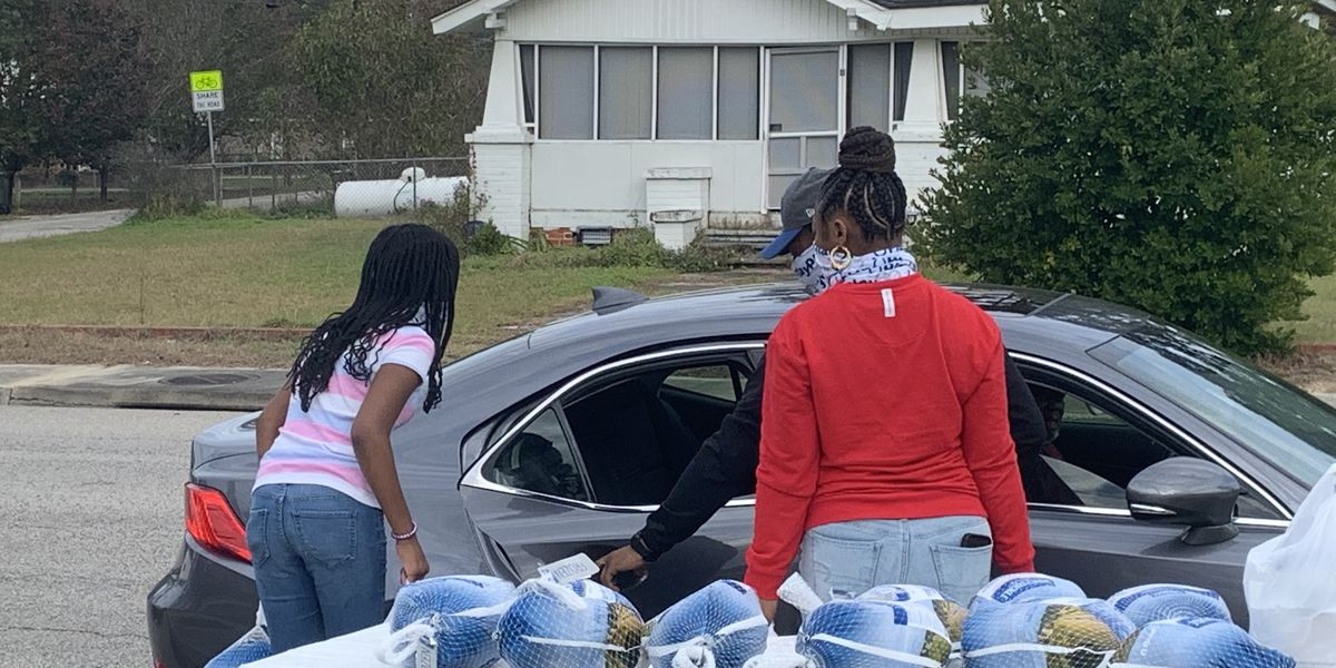 NFL player Darius Leonard provides 100 Thanksgiving meals in his hometown of Lake View